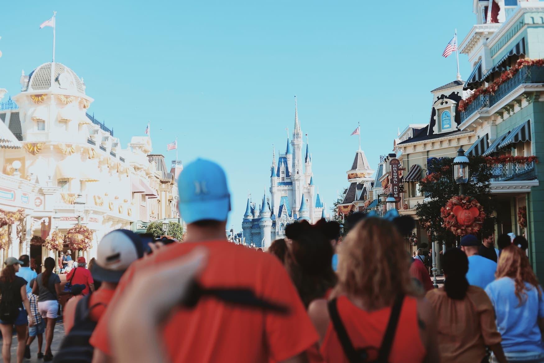 Besucher im Disneyland in Florida