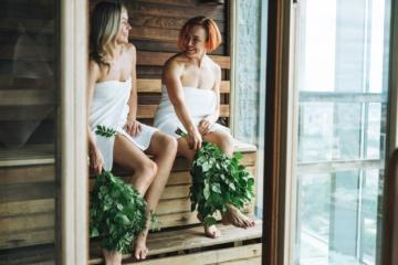 Zwei Frauen sitzen in finnischer Sauna