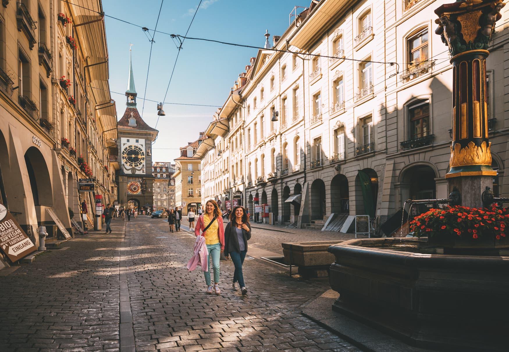 Zwei junge Frauen schlendern durch die Altstadt von Berne, Schweiz
