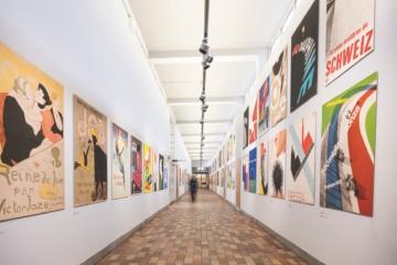 Flur mit Plakaten im Museum für Gestaltung, Zürich, Schweiz