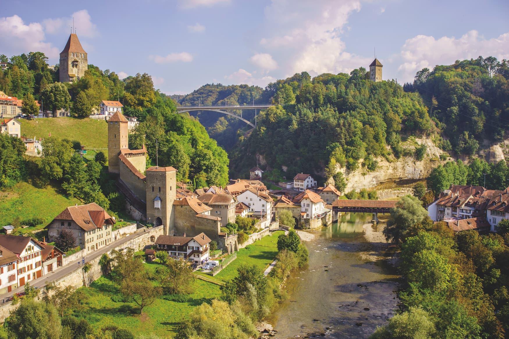 Die Sanne fließt quer die Altstad von Fribourg, mit Blick auf den Katzenturm und die Gottéron-Brücke