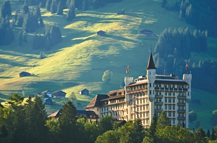 Das fünf Sterne Hotel Gstaad Palace bei Sonnenaufgang in Gstaad, Schweiz