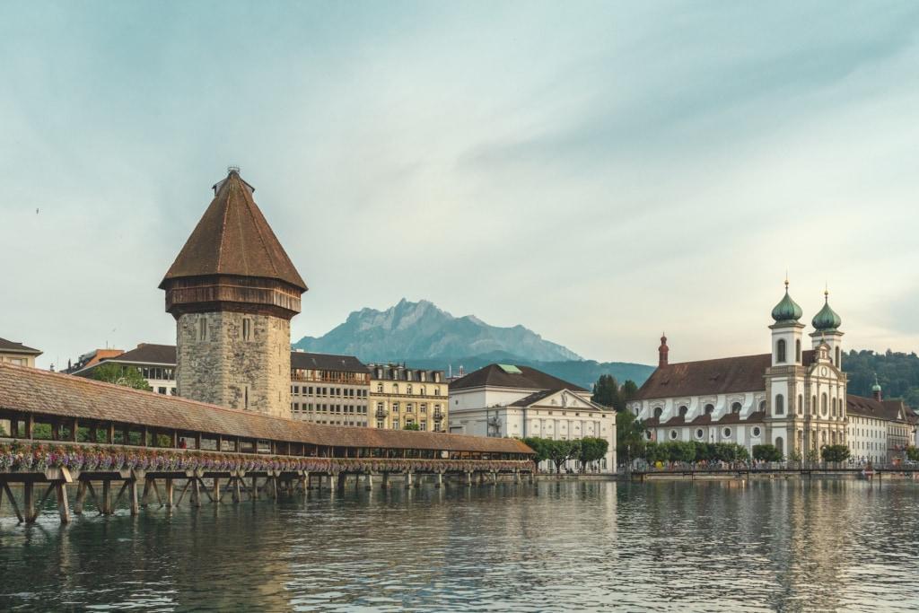 Die Kapellbrücke in Luzern, Schweiz. Berge im Hintergrund.
