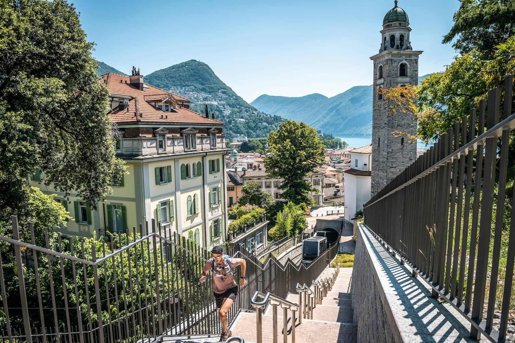 Extremsportler Filippo Rossi joggt die Treppen neben dem Funicolare hinauf, Lugano, Schweiz