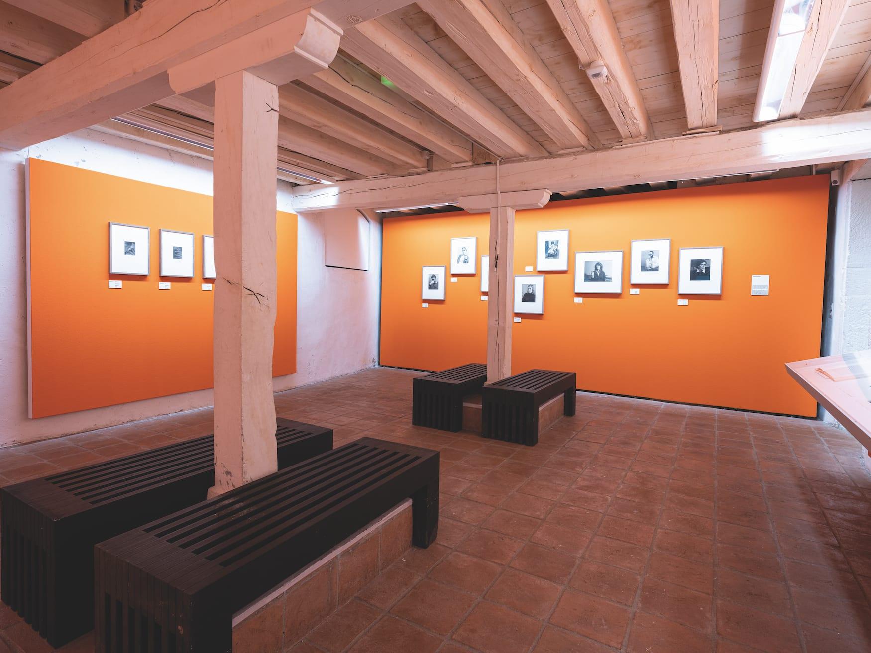 """Orangefarbener Ausstellungsraum im Museum """"Musée d'Elysée"""" in Lausanne, Schweiz"""