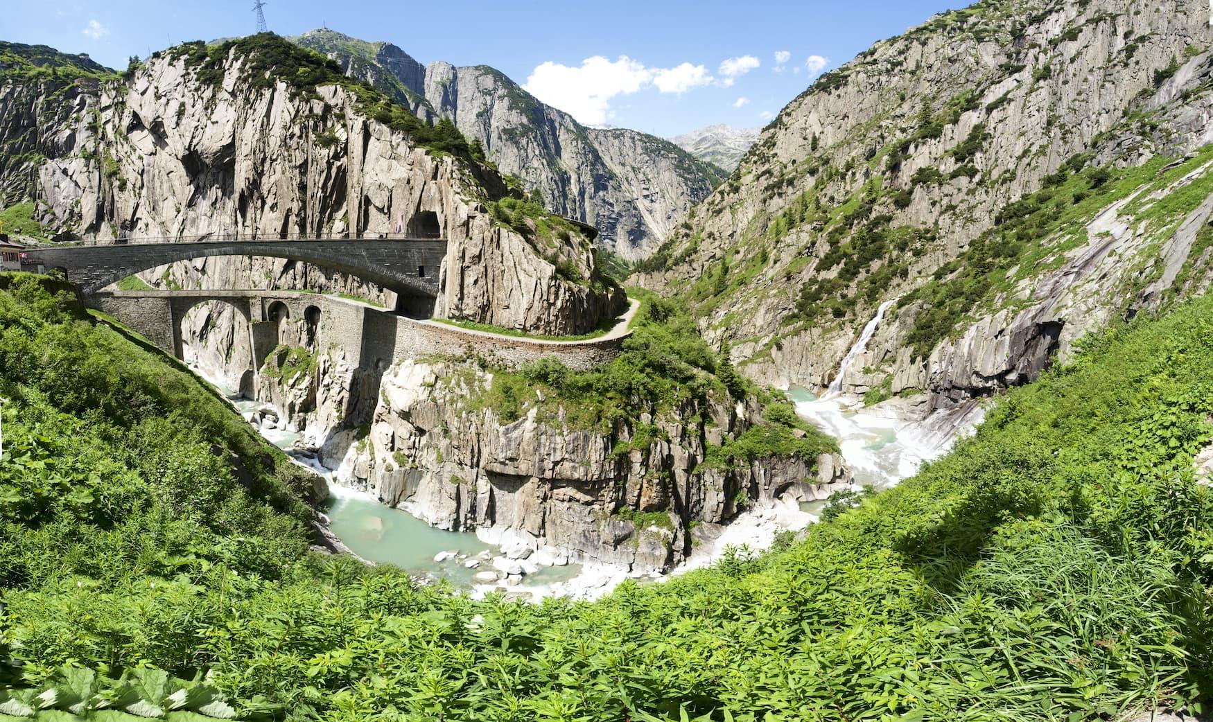 Gorge Schoellenen, wo der Fluss Reuss und die Teufelsbruecke fließen