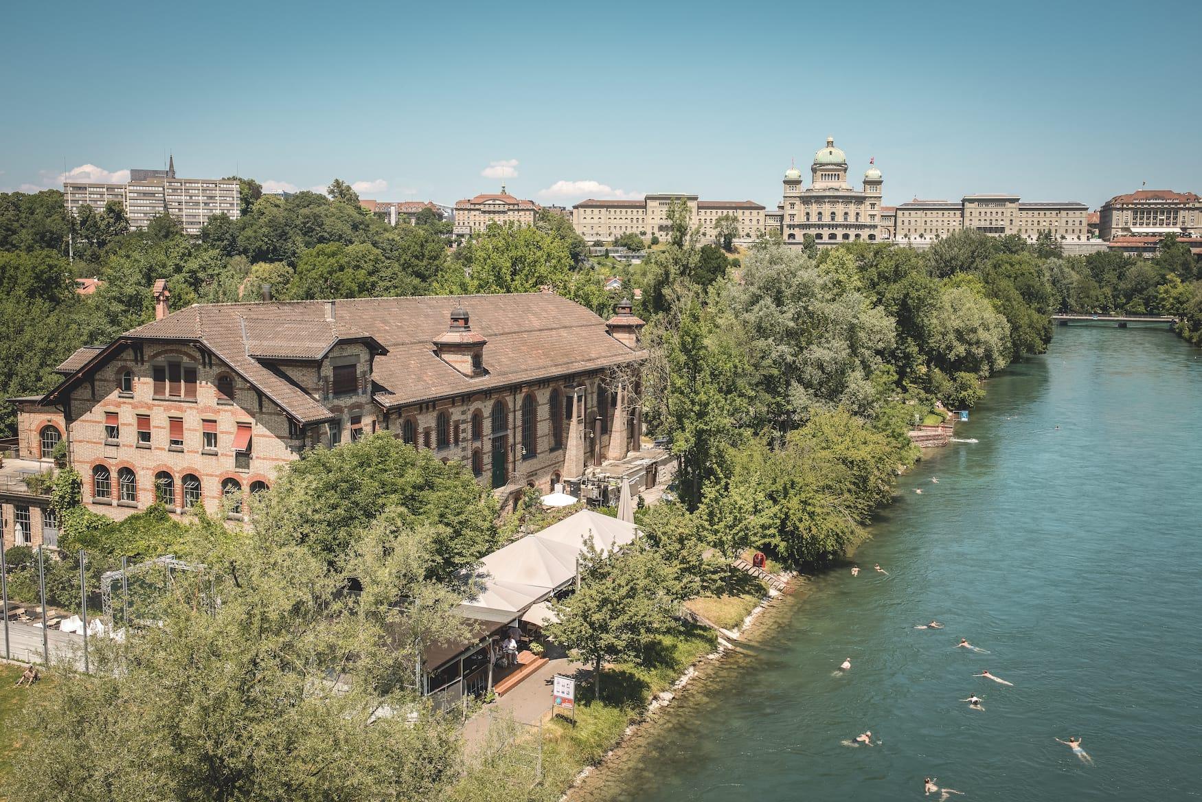 Schwimmen in der Aare in Bern mit dem Bundeshaus im Hintergrund