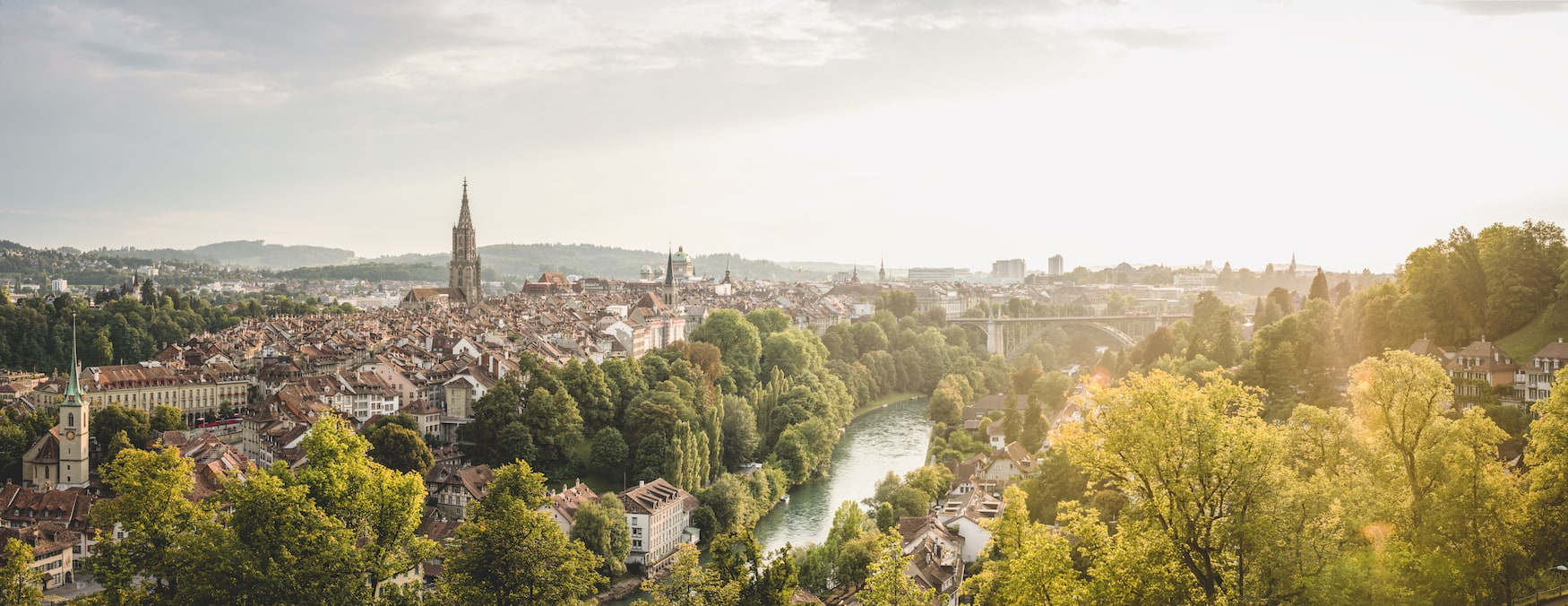 Panorama vom Rosengarten in Bern mit Sicht auf Münster, Bundeshaus, Aare und Dalmazibrücke.