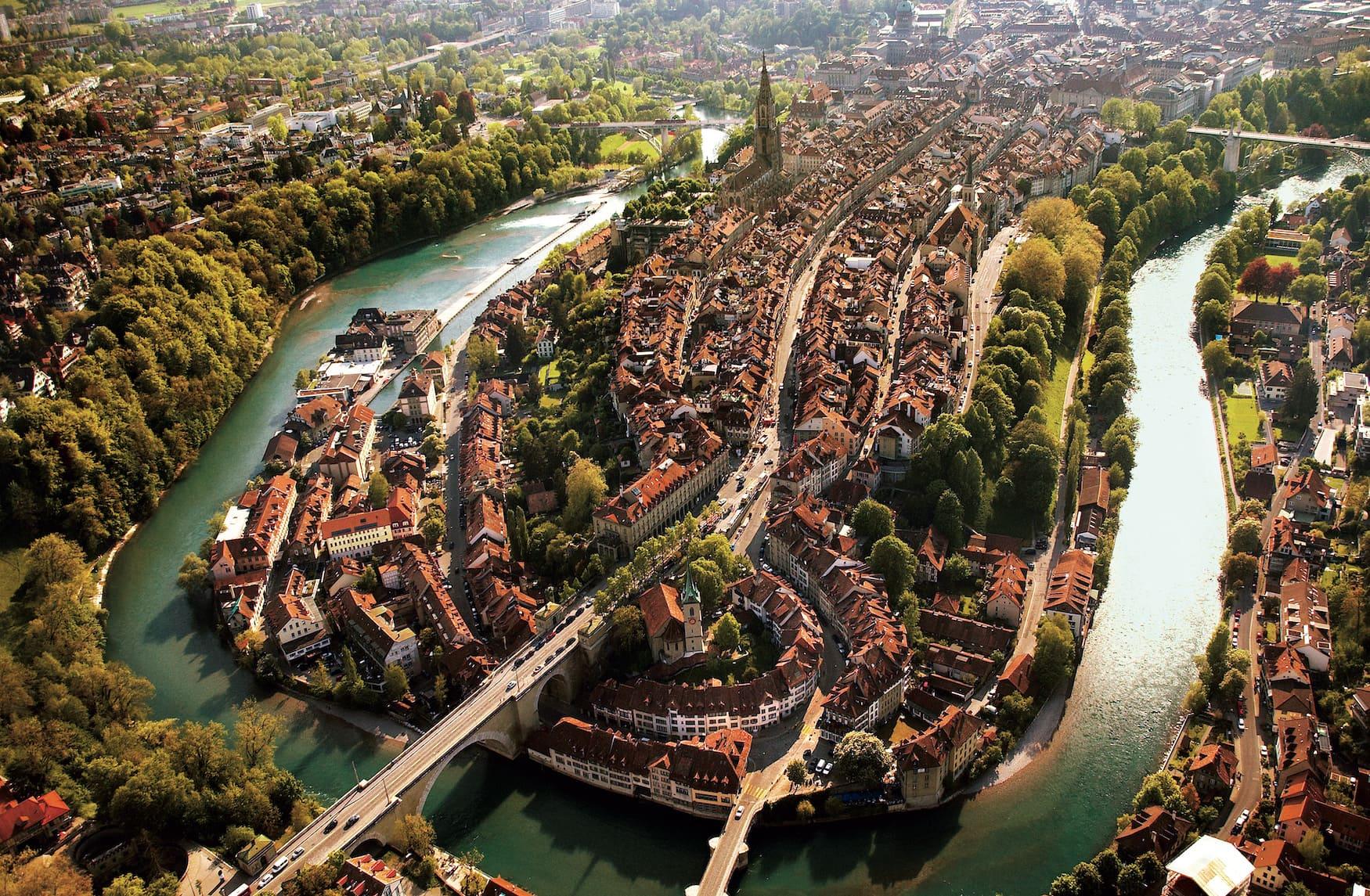 Bern, Schweizer Bundeshauptstadt an der Aare. Eine Flugaufnahme der Altstadt.