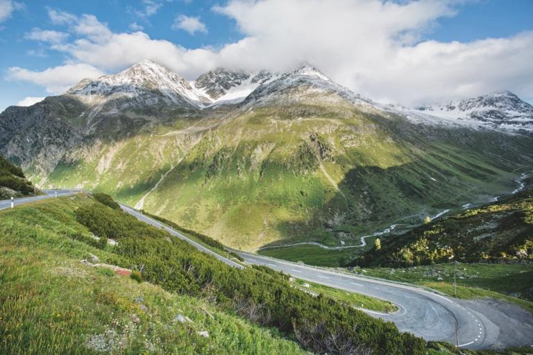Fluelapass-Strasse nahe Chant Sura in der Schweiz