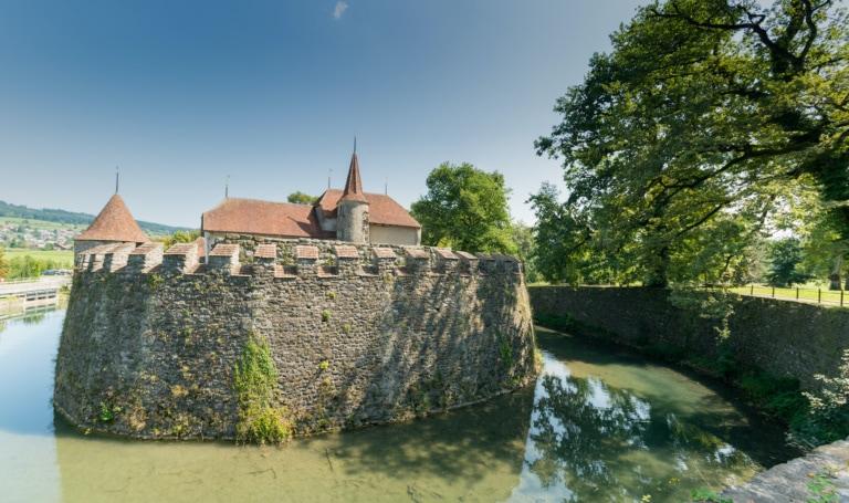 Hallwyll Schloss auf dem Aabach Fluss in der Schweiz