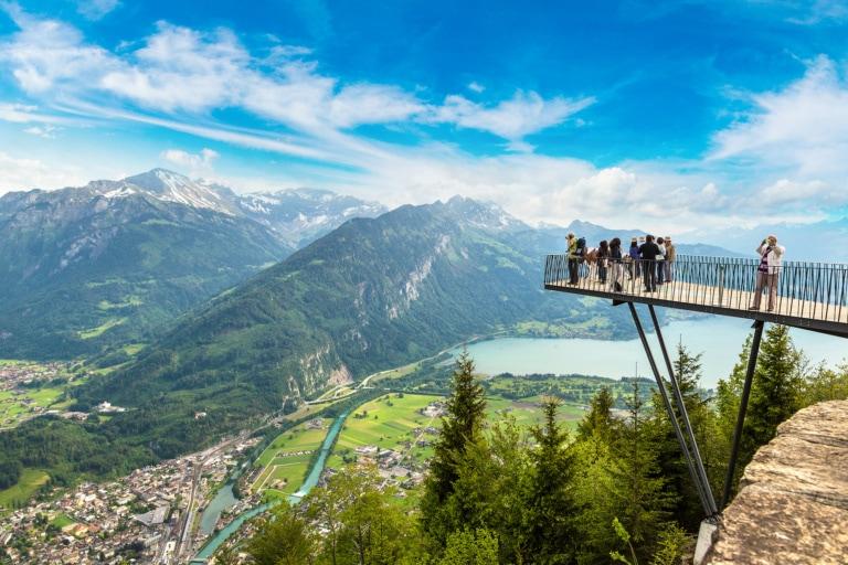 Personen, die an einem schönen Sommertag auf dem Aussichtsterrasse in Interlaken stehen, Schweiz