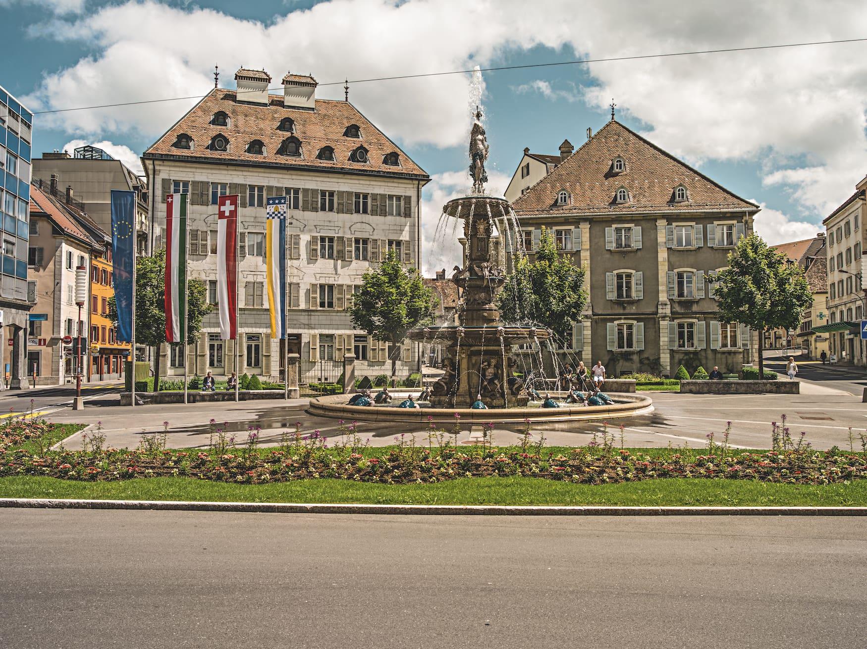 Der 1888 erbaute Brunnen war das erste dekorative Denkmal in La Chaux-de-Fonds, das an die Versorgung der Stadt mit fliessendem Wasser erinnert.