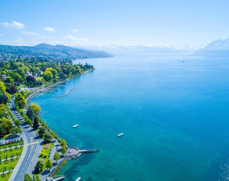 Erstaunliches Luftpanorama der Ouchy-Wasserfront in Lausanne, Schweiz