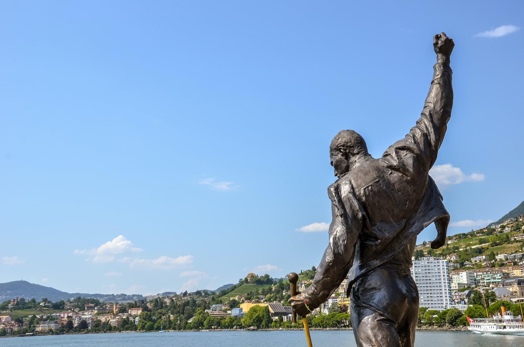 Statue von Freddie Mercury, Sänger der berühmten Band Queen vor der Kulisse des Genfer Sees