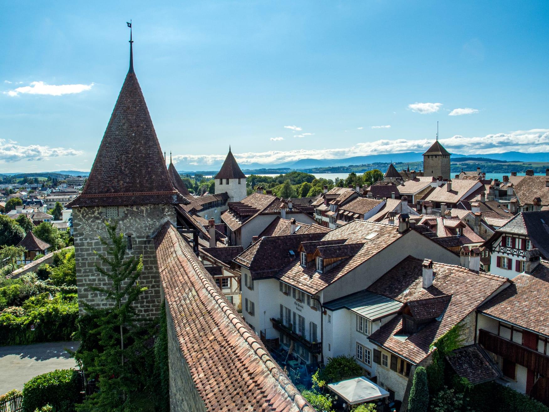 Aussicht von der Stadtmauer in Murten, Schweiz
