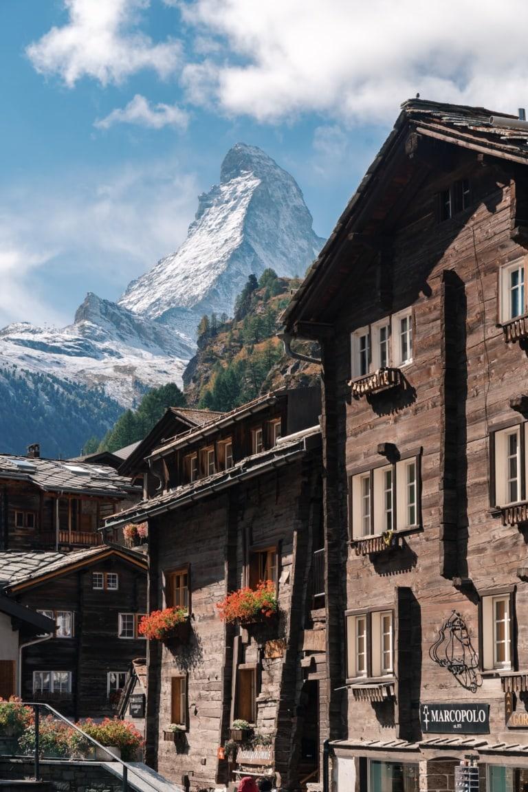 Blick auf das Matterhorn hinter Wohnhäusern in Zermatt
