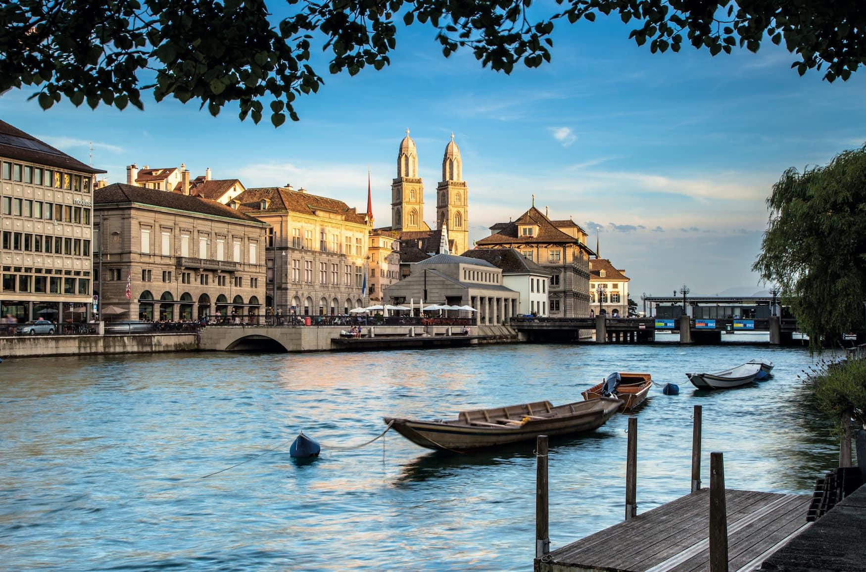 Abendlicher Blick von der Schipfe auf Limmatquai mit Grossmünster in Zürich