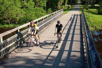 Zwei Radfahrer auf einer Holzbrücke in Louisiana