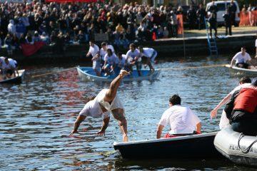 Ein junger Mann springt in den Fluss Spring Bayou in Tarpon Springs