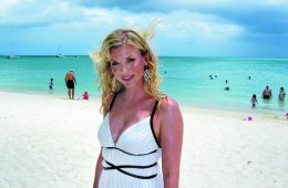 Eva Habermann am Strand auf Aruba