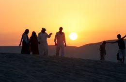 Touristen und Einheimischer in der Wüste in Katar