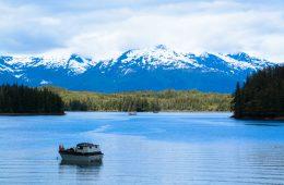 Boot auf einem See in Alaska, im Hintergrund Berge.