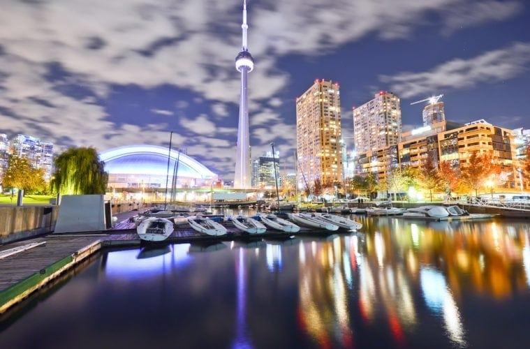 Blick auf beleuchtete Skyline von Toronto