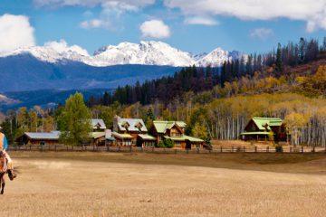 Cowboys reiten auf dem Gelände einer Ranch in Colorado