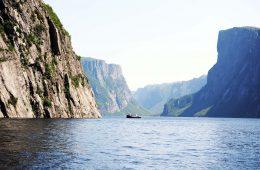 Blick auf Meer und Berge in Neufundland