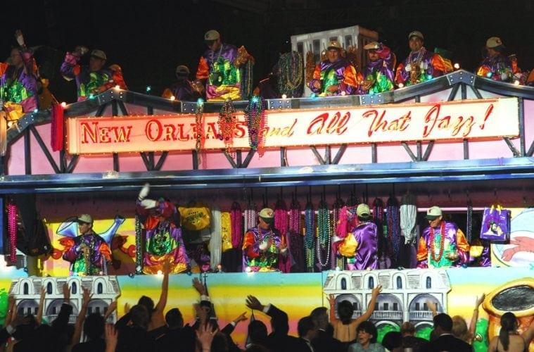 Blick auf einen Paradewagen anlässlich des Mardi Gras