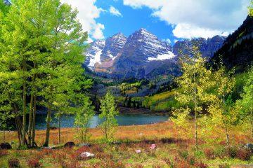 Blick auf Berge und See in Colorado im Herbst