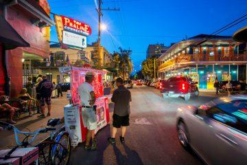 Straßenszene am Abend in New Orleans