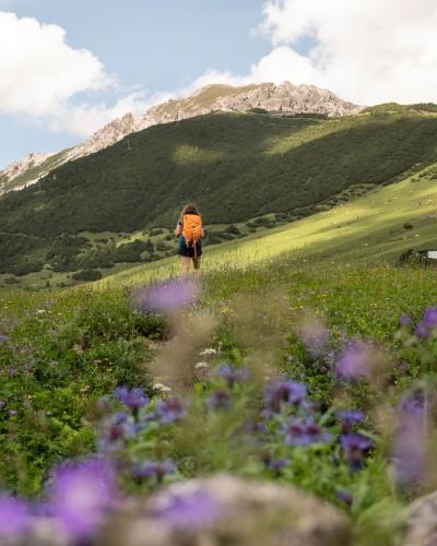 Wanderin spaziert durch den Bergort Malbun in Liechtenstein