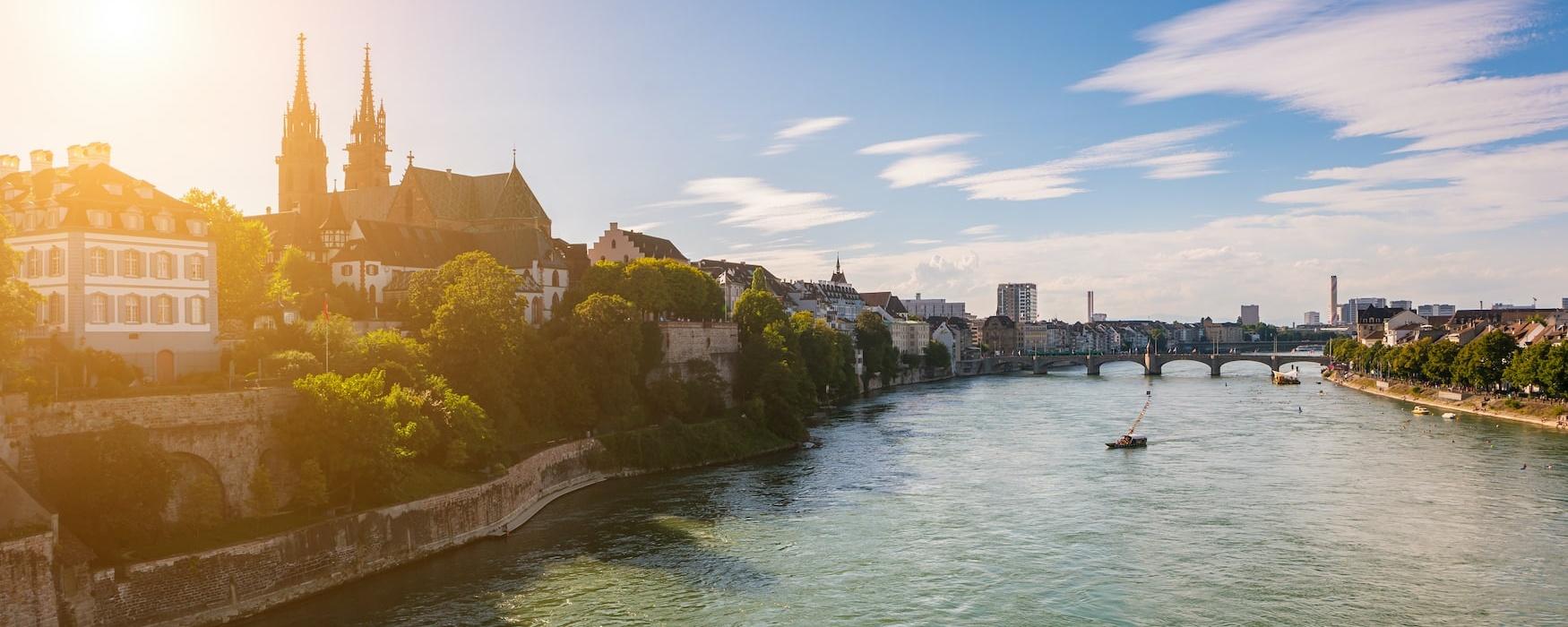 Blick auf Basel am Rhein in der Abendsonne