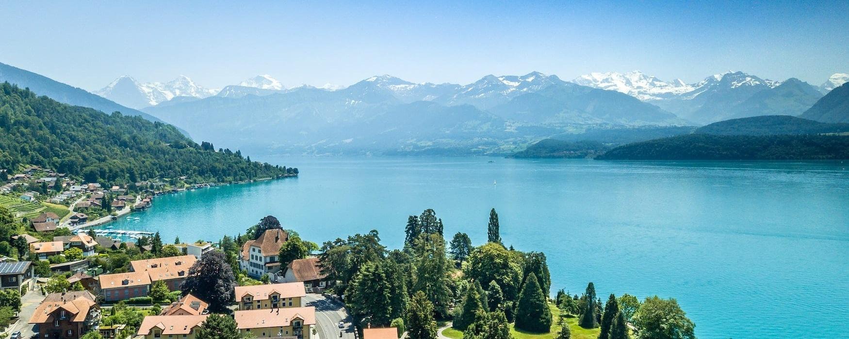 Ortschaft an einem See in der Schweiz