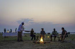 Ein entspannter Abend am Lagerfeuer im Little Ruckomechi Camp.
